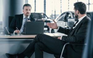 Jak sfinansować zakup aut na firmę? Istnieją trzy popularne sposoby.